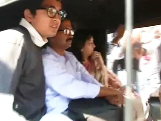 Video : In Mumbai, Kejriwal's 'aam aadmi' travel by auto, local train