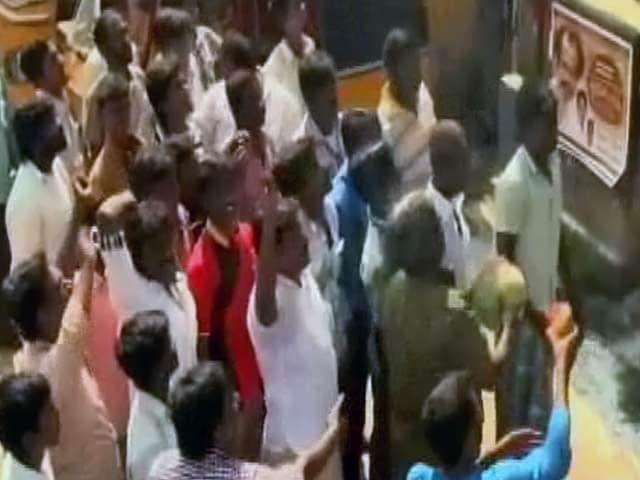 Video : Rajinikanth's fans plan trip to Tirupati for <i>Kochadaiiyaan</i>