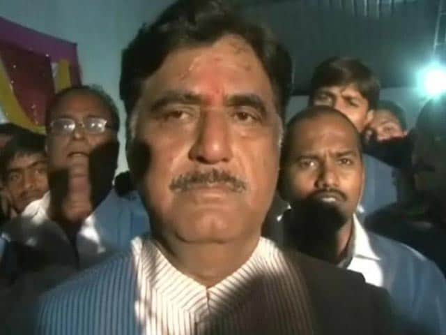 Video : Gopinath Munde's supporters thrash pilot for refusing to defy rules