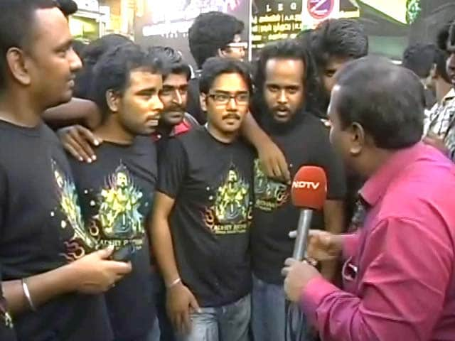 Video : Rajinikanth Fans Throng Theatres in Chennai