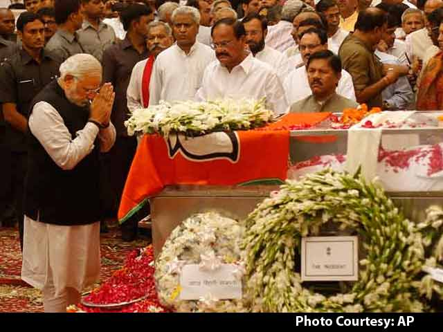Video : Narendra Modi Pays Tribute to Gopinath Munde at BJP Headquarters