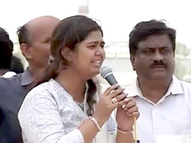 Video : परली :गोपीनाथ मुंडे की बेटी ने भीड़ से की शांति की अपील