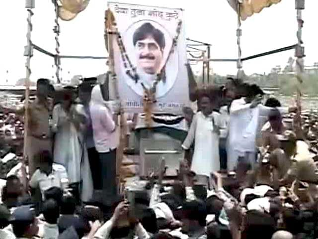 Video : Sea of Supporters in Beed For Munde's Funeral