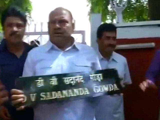 Video : Congress Leaders Pull Down Rail Minister's Nameplate at Residence