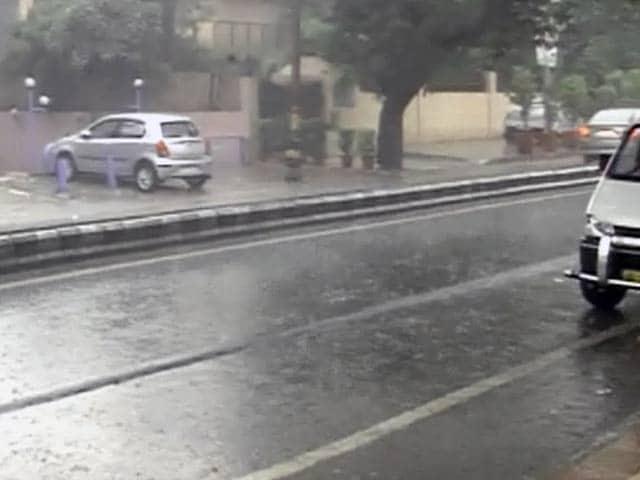 Video : दिल्ली में झमाझम बारिश, उमस भरी गर्मी से मिली राहत