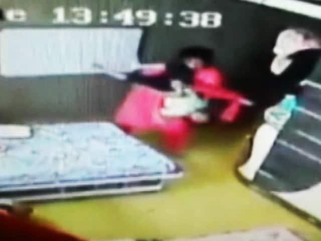 Video : कोलकाता : महिला टीचर ने तीन साल के बच्चे की बेदर्दी से पिटाई की