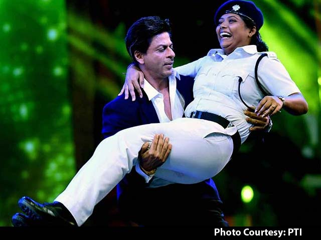 Controversy Over Shah Rukh's Dance With Female Cop