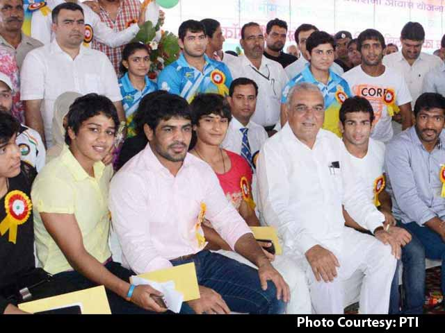 Video : CWG Para-Athletes Receive Empty Envelopes from Haryana Chief Minister