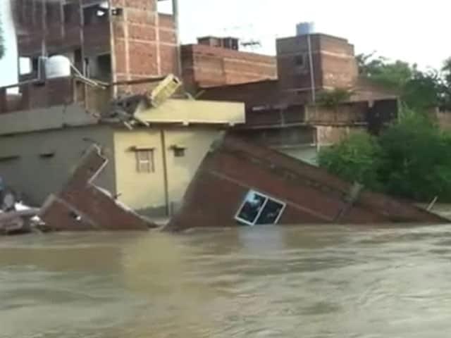 Video : नालंदा में भारी बारिश में ढह गया मकान