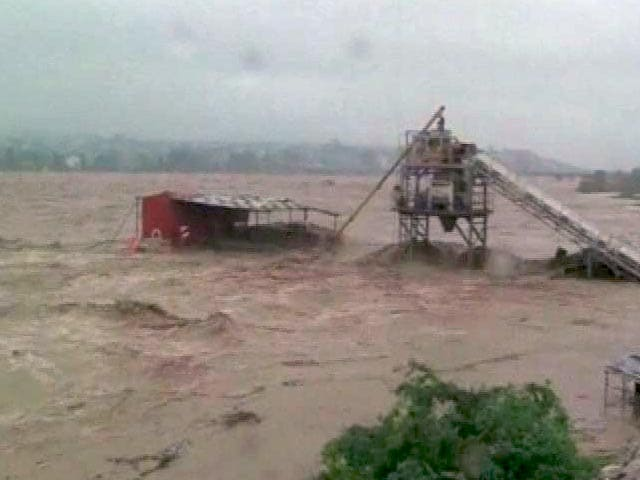 Video : Flood Fury in J&K: 100 Dead, Boat Carrying Army Jawans Capsizes