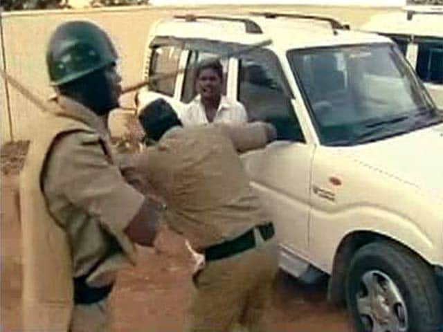 Video : Angry Supporters Attack NDTV Crew Outside Jayalalithaa's Residence