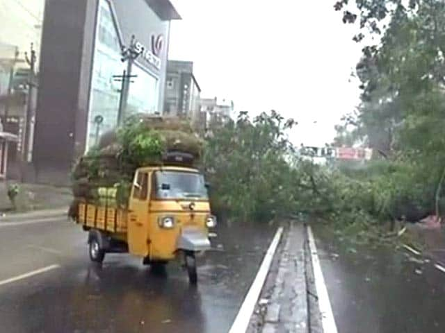 Video : Cyclone Hudhud Expected to Make Landfall Around Noon