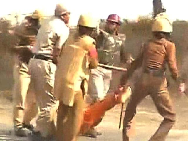 Video : Violence at Haryana Ashram Where 'Godman' Rampal is Hiding
