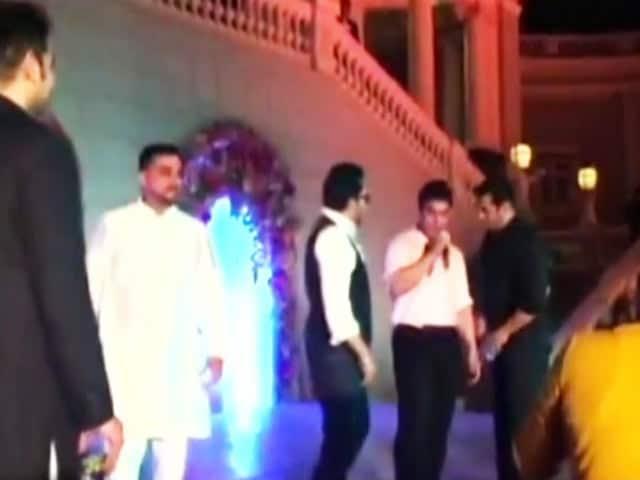 Video : Salman, Aamir Sing at Arpita's Wedding