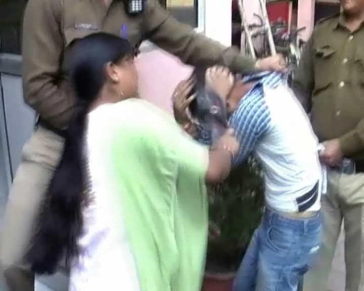 Video : इंदौर : महिला ने दिखाई बहादुरी, चेन छीनने वाले को दबोचा