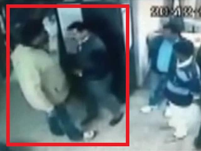 Video : कैमरे में कैद : सतना में बीजेपी नेता ने कंपनी के कर्मचारियों को पीटा