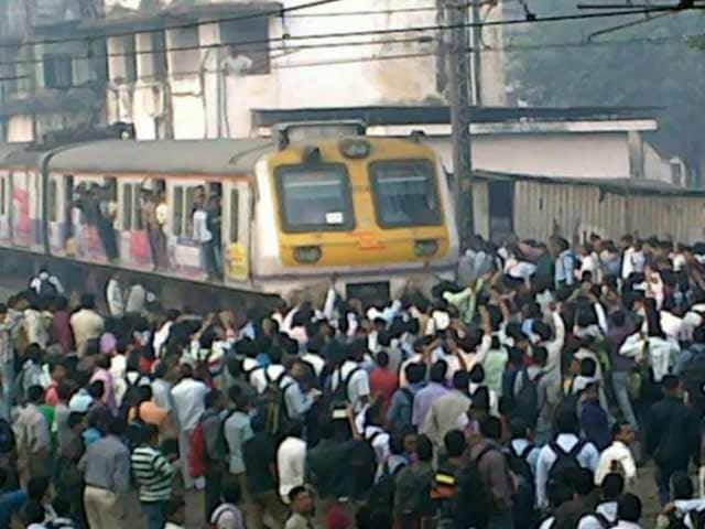 Video : Violent Protests as Trains Run Late on Mumbai's Central Line