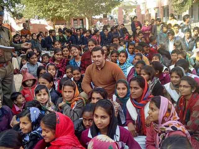 Video : Salman's Surprises Schoolkids While Shooting Bajrangi Bhaijaan