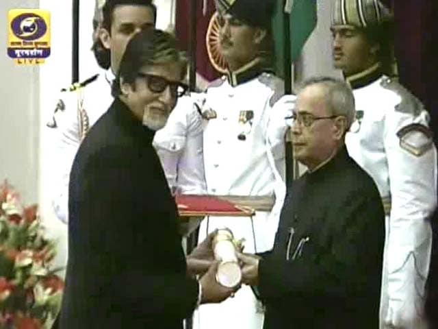 Video : Amitabh Bachchan Receives His Padma Vibhushan; Family Attends Ceremony