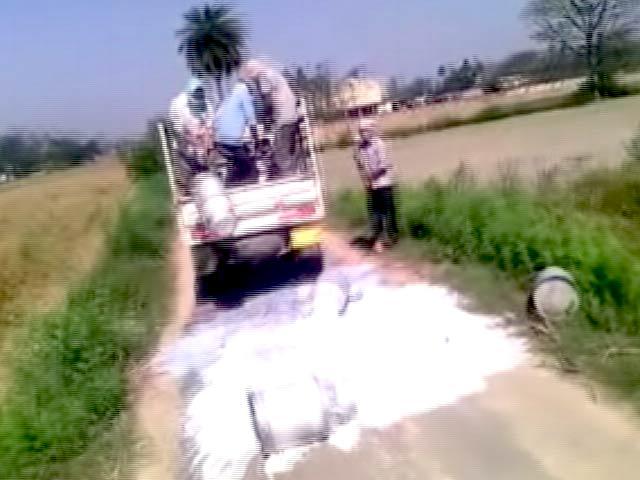 Video : दूध माफिया की गुंडागर्दी, हजारों लीटर दूध सड़क पर बहाया