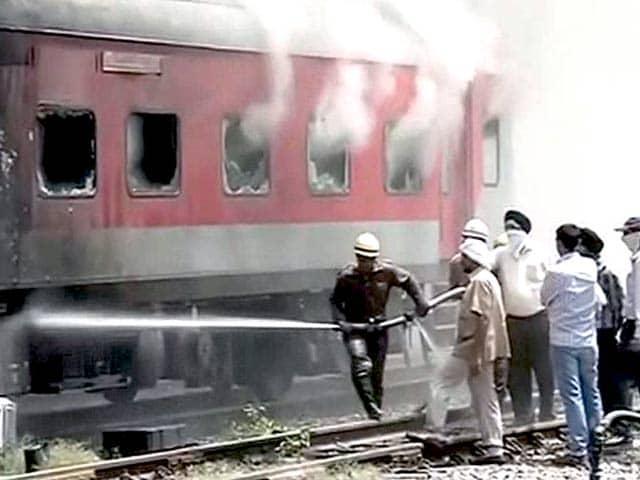 Video : नई दिल्ली : यार्ड में खड़ी राजधानी एक्सप्रेस में लगी भीषण आग