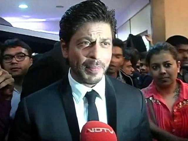 Shah Rukh Khan Says He is Recovering From Knee Injury