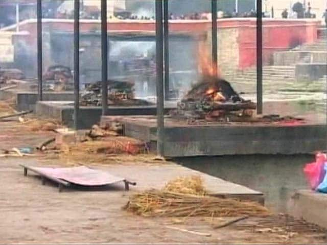 Video : 15 Men Perform Last Rites at Overcrowded Cremation Ghats in Nepal