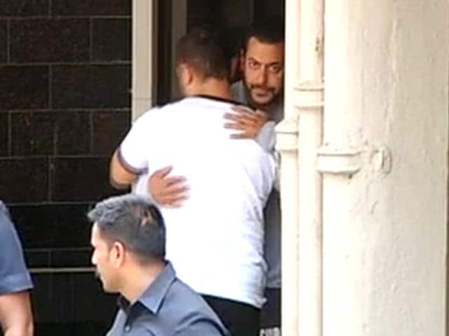 Video : A Day After Verdict, Aamir Visits Salman, Hugs Him While Leaving