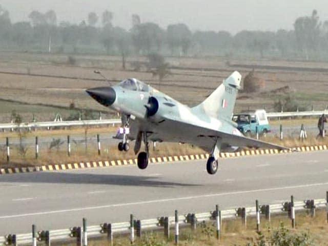 Video : देखें IAF के लड़ाकू विमान मिराज-2000 ने यमुना एक्सप्रेस-वे पर कैसे किया लैंड
