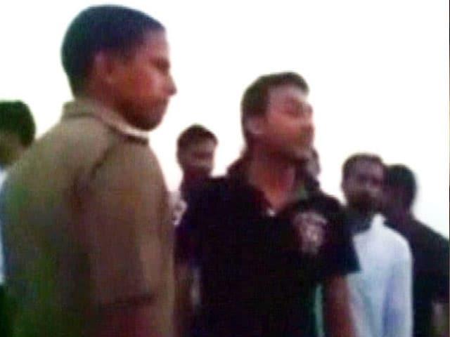Video : कैमरे में कैद : सपा विधायक के बेटे की दादागीरी, पुलिसवालों को दी धमकी