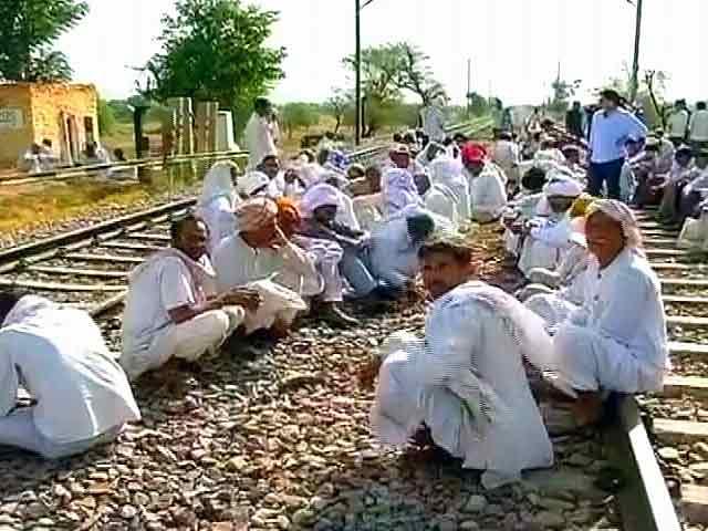 Video : पटरी पर गुर्जरों का धरना, 16 ट्रेनें रद्द, 60 ट्रेनों का रूट बदला