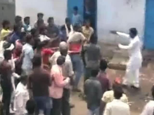 Video : झारखंड के नगर निगम चुनावों में हुई हिंसा, तमाशबीन बनी रही पुलिस