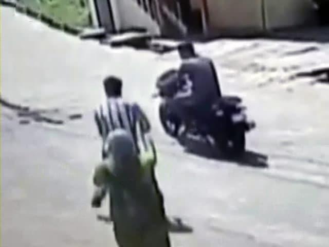 Video : बेंगलुरु में चेन स्नैचरों ने लूटा पुलिस और आम लोगों का चैन