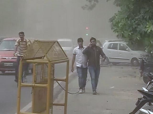 Video : दिल्ली-एनसीआर में आंधी और बारिश, गर्मी से मिली राहत