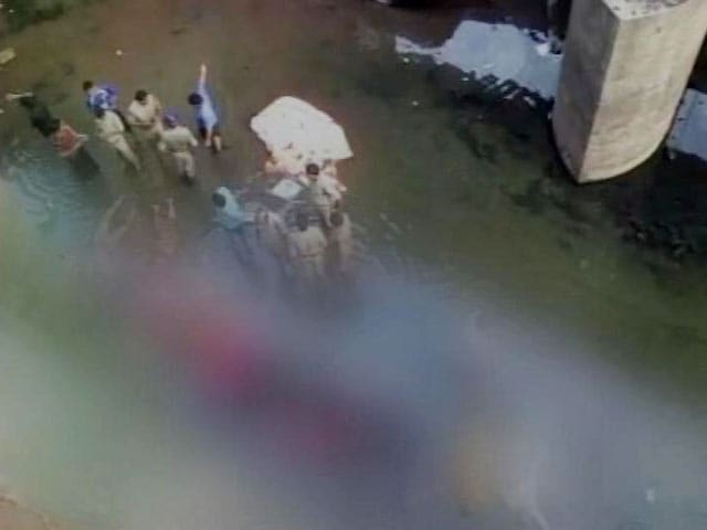 Video : 22 Dead After Van Falls in Dowleswaram Barrage in Andhra Pradesh