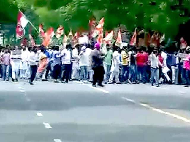 Video : ललित मोदी वीजा मामला : सुषमा के खिलाफ यूथ कांग्रेस का प्रदर्शन