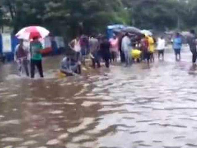 Video : Local Residents Help BMC Staff in Waterlogged Mumbai
