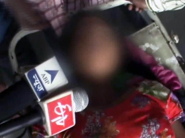 Video : यूपी में कथित गैंगरेप पीड़ित ने थाने में खाया जहर