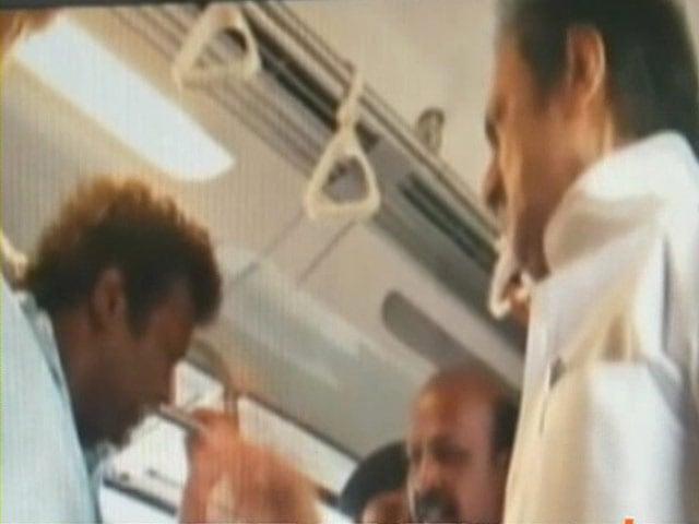 Videos : वीडियो में साथी मेट्रो यात्री को चांटा मारते दिखे स्टालिन