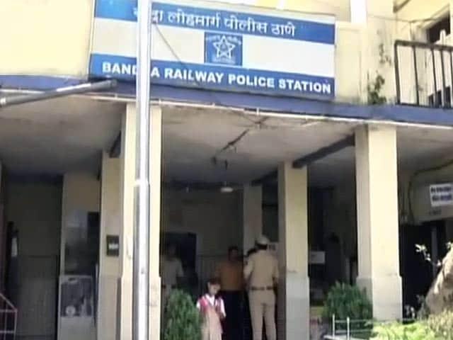 Video : मुंबई : ट्रेन से गिरे मोबाइल फोन को ढूंढने के चक्कर में गई युवक की जान