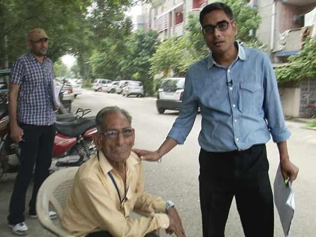 Video : दिल्ली के पेंशनधारी : यहां पेंशन का 'प्रसाद' बांट रहे हैं पार्षद
