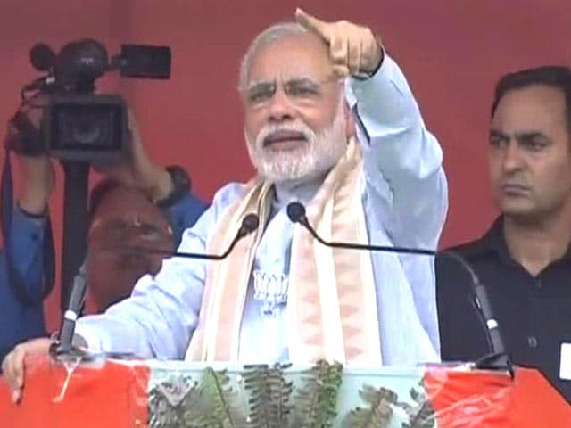 Video : PM Modi Praises Vasundhara Raje Who is Under Attack From Opposition