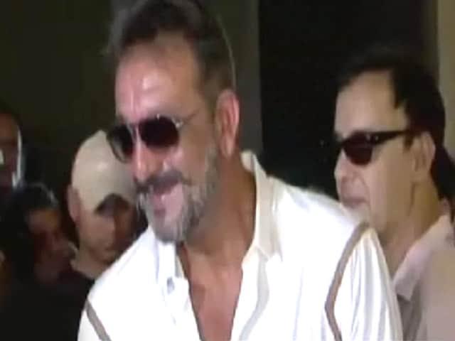 Video : जेल में RJ बने संजय दत्त, कैदियों को सुना रहे हैं फिल्मों के मजेदार किस्से