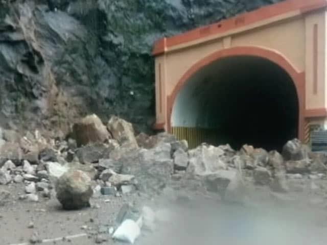 Video : बारिश से बदहाल मुंबई-पुणे एक्सप्रेस-वे, कई लोग हुए शिकार