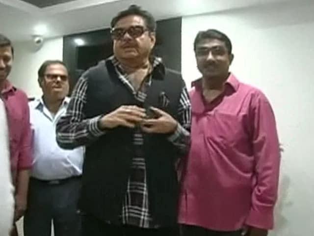 Video : बिहार के सीएम नीतीश कुमार ने दिया शत्रुघ्न सिन्हा को अनूठा गिफ्ट