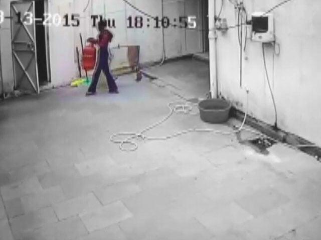 Video : कैमरे में कैद : दिल्ली में सांसद साहब के घर से यूं हुआ सिलेंडर चोरी