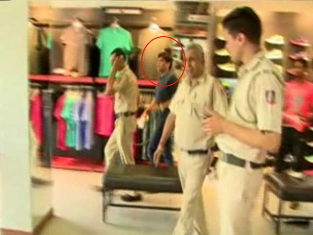 Video : Delhi Cops Take Gangster Shoe Shopping, Get the Boot
