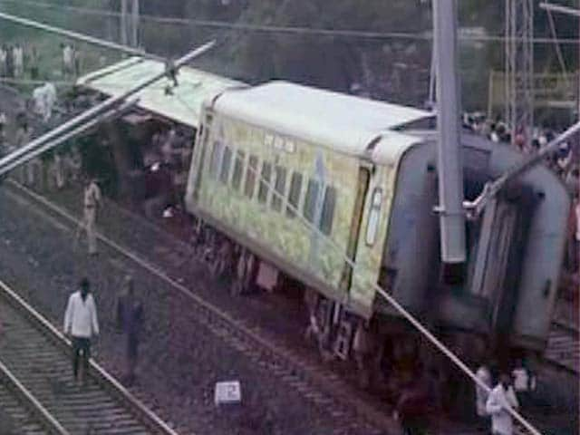 Video : 2 Dead, 8 Injured After Duranto Express Derails in Karnataka