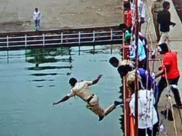 Video : Kumbh Super-Cop: He Jumped 20 Feet Into the River to Save a Life