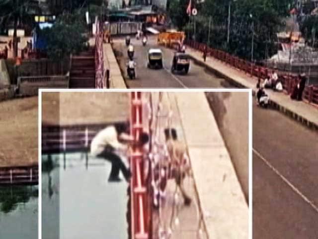 Video : नासिक में एक पुलिसकर्मी ने ब्रिज से कूदकर बचाई एक शख्स की जान